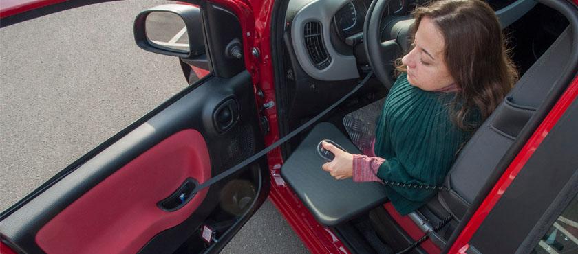 Polička ob avtomobilskem sedežu