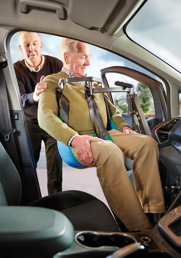 Dvigalo za dvig osebe v vozilo