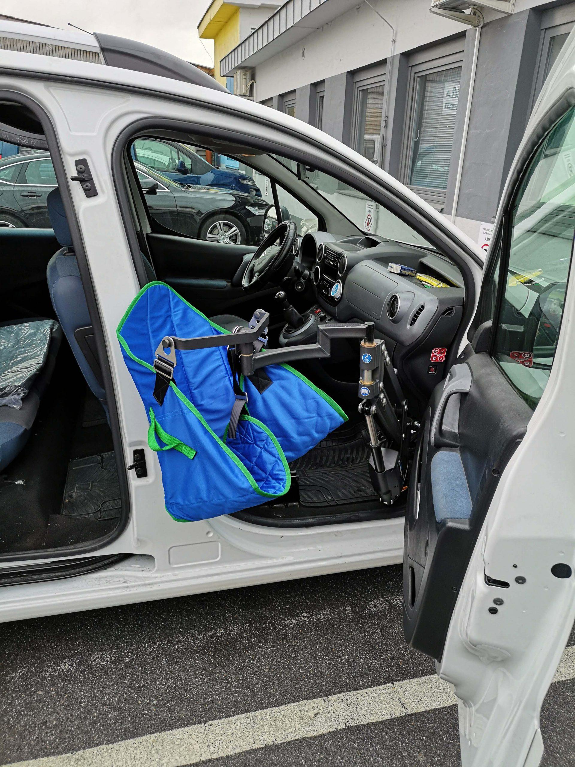 Dvigalo za dvig osebe in presedanje iz vozička na sedež vozila