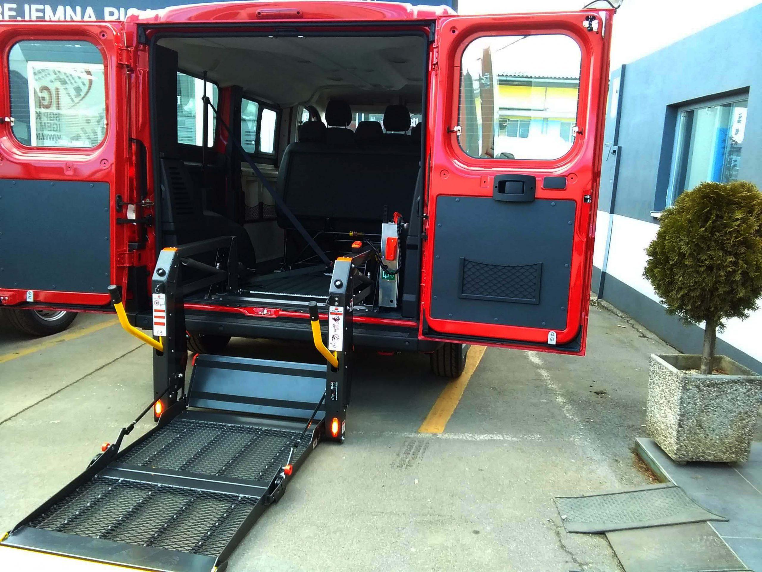 Osebno dvigalo za prevoz invalidov