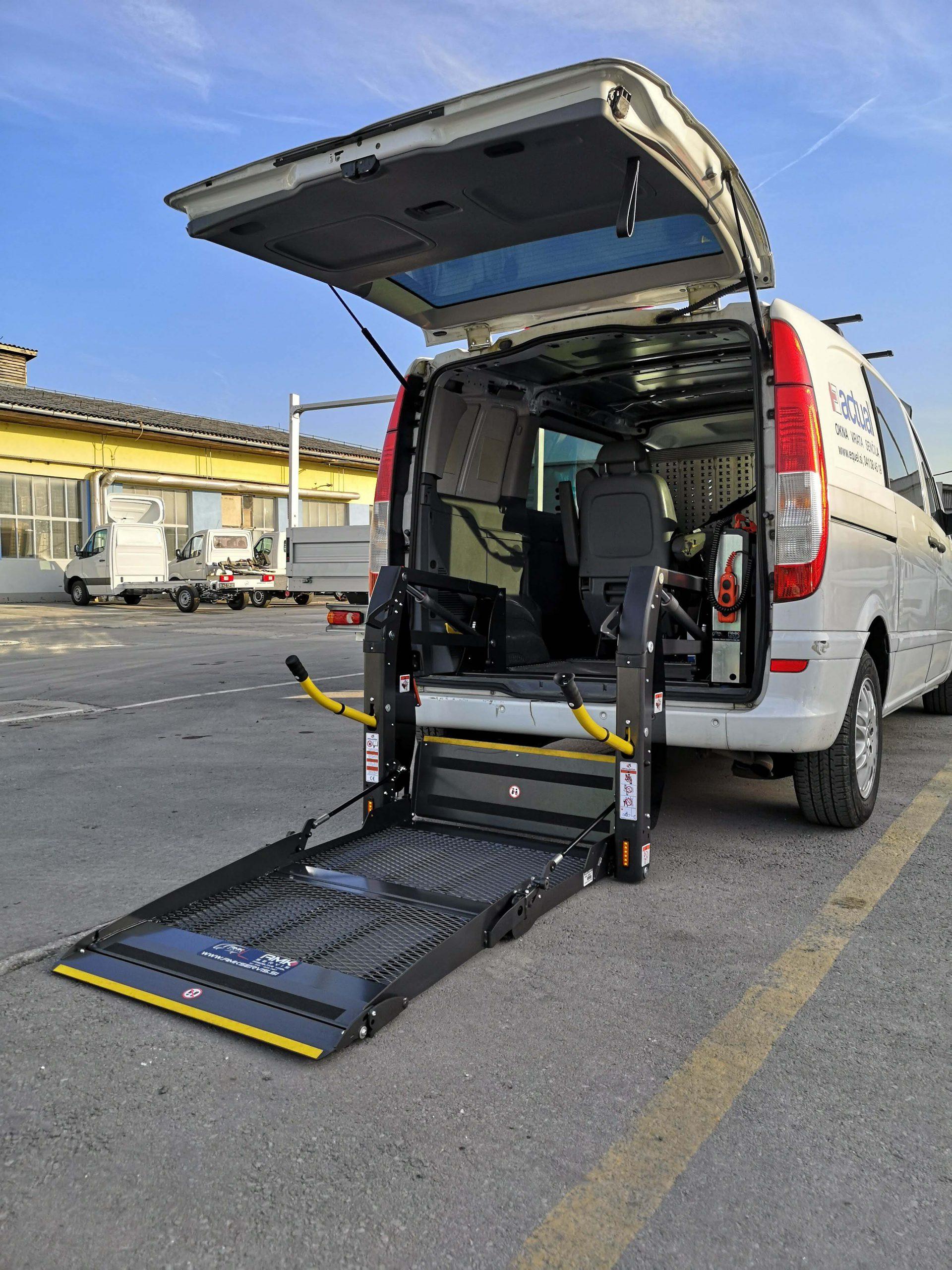 Hidravlično dvigalo za dvig osebe na invalidskem vozičku